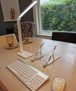 bureaulamp, laptopstandaard, muis en toetsenbord